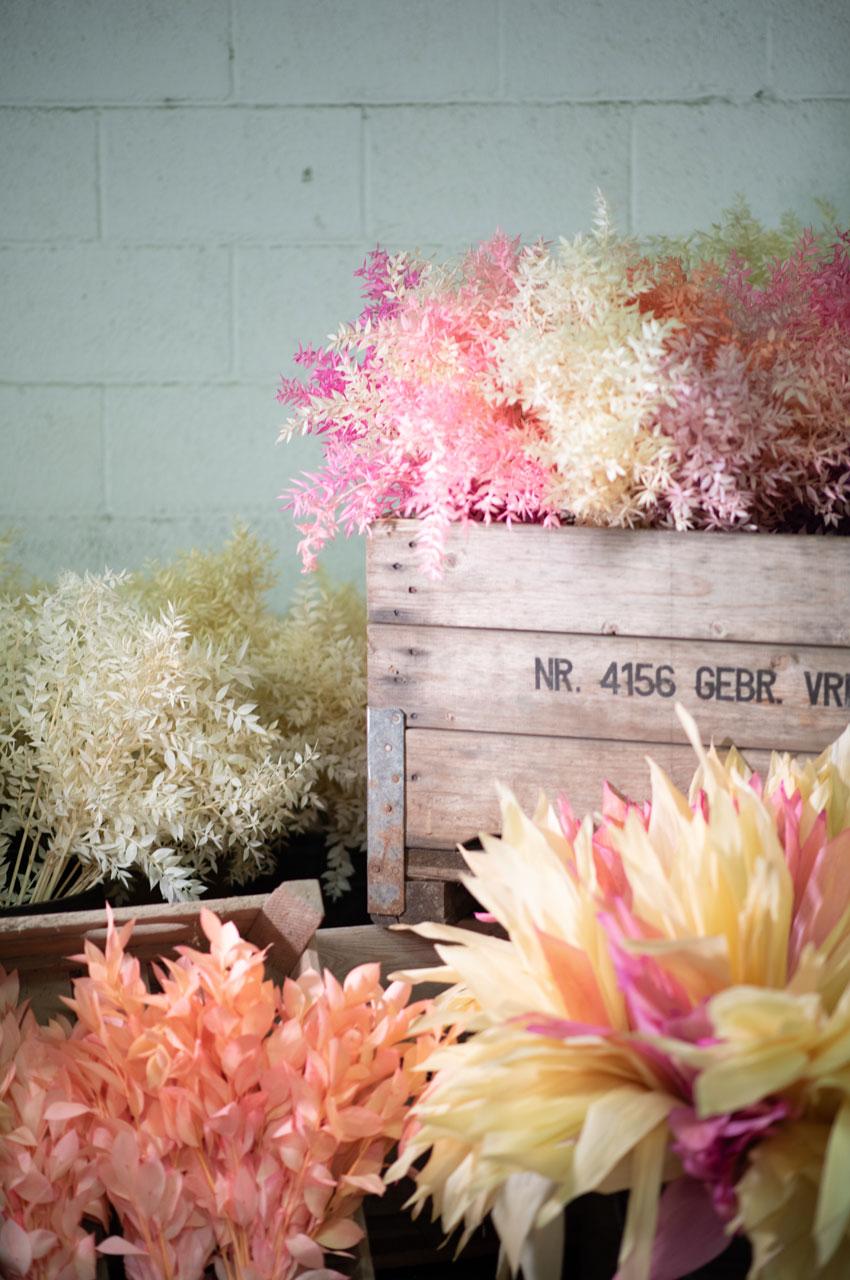 Vasi con materiale per fare volume nei mazzi di fiori