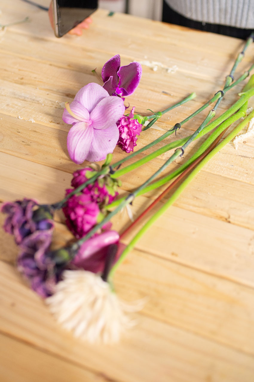 Fiori colorati su tavolo